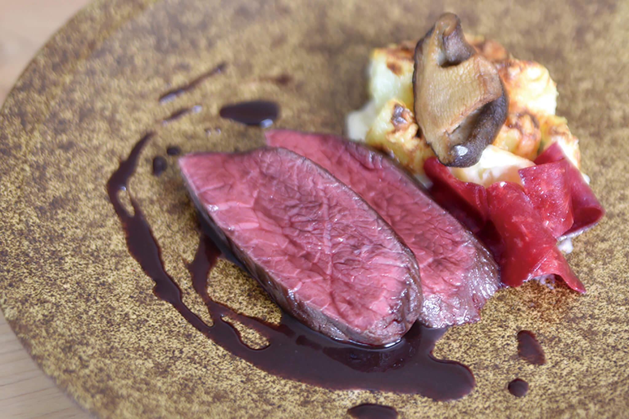 >鹿肉のロースト 赤ワインソース